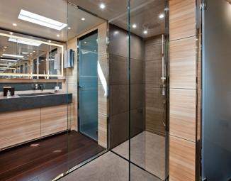 12-sanlorenzo-alloya-40-owner-s-bathroom-lr1176C630-DD20-1395-9924-8297539BA216.jpg